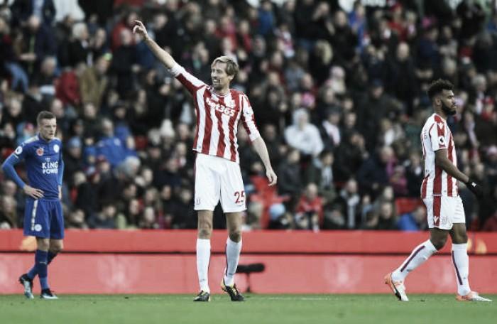 Interminável, Peter Crouch renova com Stoke City por mais duas temporadas