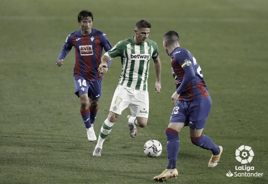 Joaquín ante la presión de dos jugadores del Eibar. Foto: LaLiga Santander