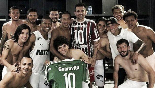 """No reencontro, Luan revela pedir """"ajudinha"""" a Ronaldinho para que Fluminense vença Corinthians"""