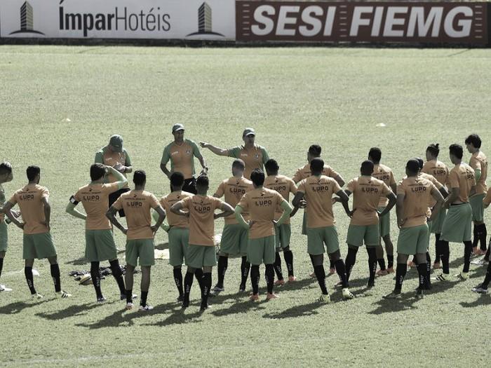 América-MG fecha preparação e Enderson Moreira não revela time titular