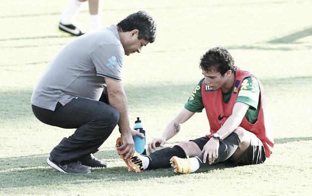 Bernard dá susto em treino, mas já está à disposição de Felipão