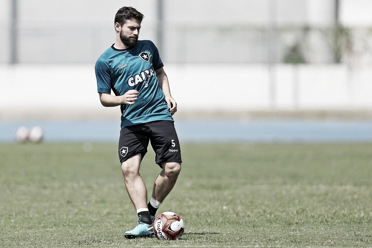 """Jogador mais regular do Botafogo no ano, João Paulo destaca evolução: """"A equipe cresceu"""""""