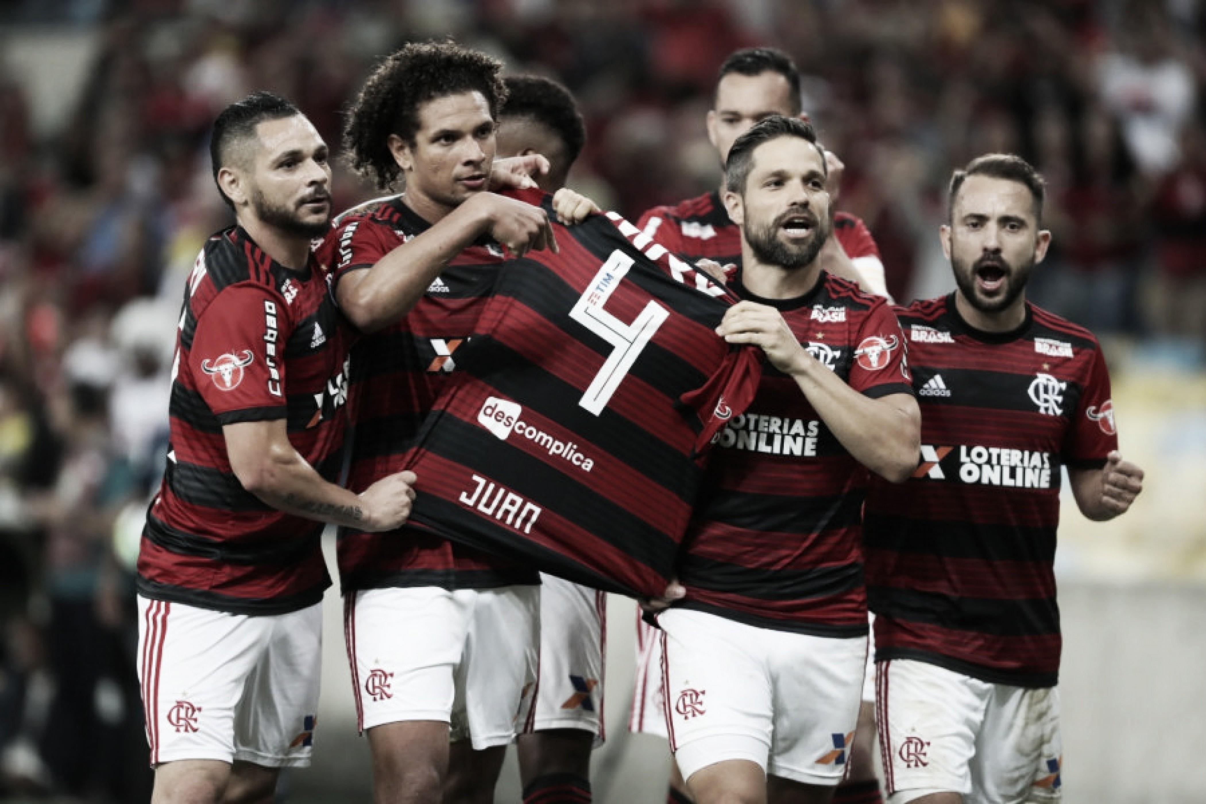 Em noite marcada por homenagem a Juan, Flamengo bate Chapecoense e fica no G-4