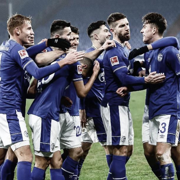 Un intratable Hoppe le dio su primera victoria al Schalke