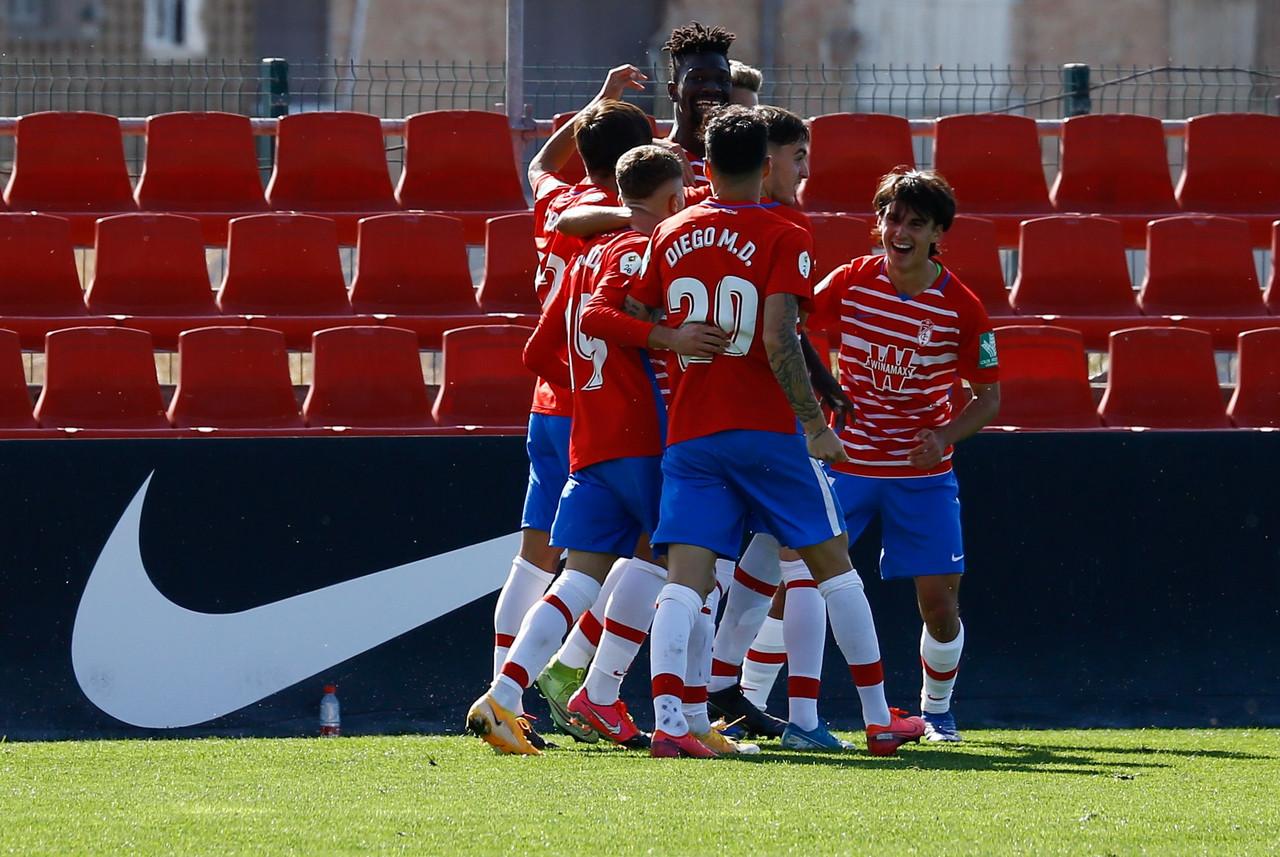 Los jugadores del Recreativo Granada celebran el gol de Nuha Marong al Córdoba | Foto: Granada CF