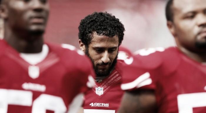 Colin Kaepernick protesta pelas minorias durante hino dos Estados Unidos em jogo de pré-temporada