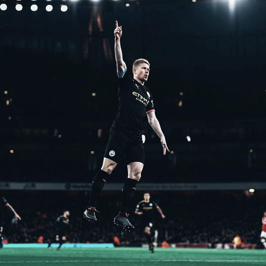 De Bruyne tem tarde mágica, City derrota Arsenal e se aproxima da vice-liderança da Premier League