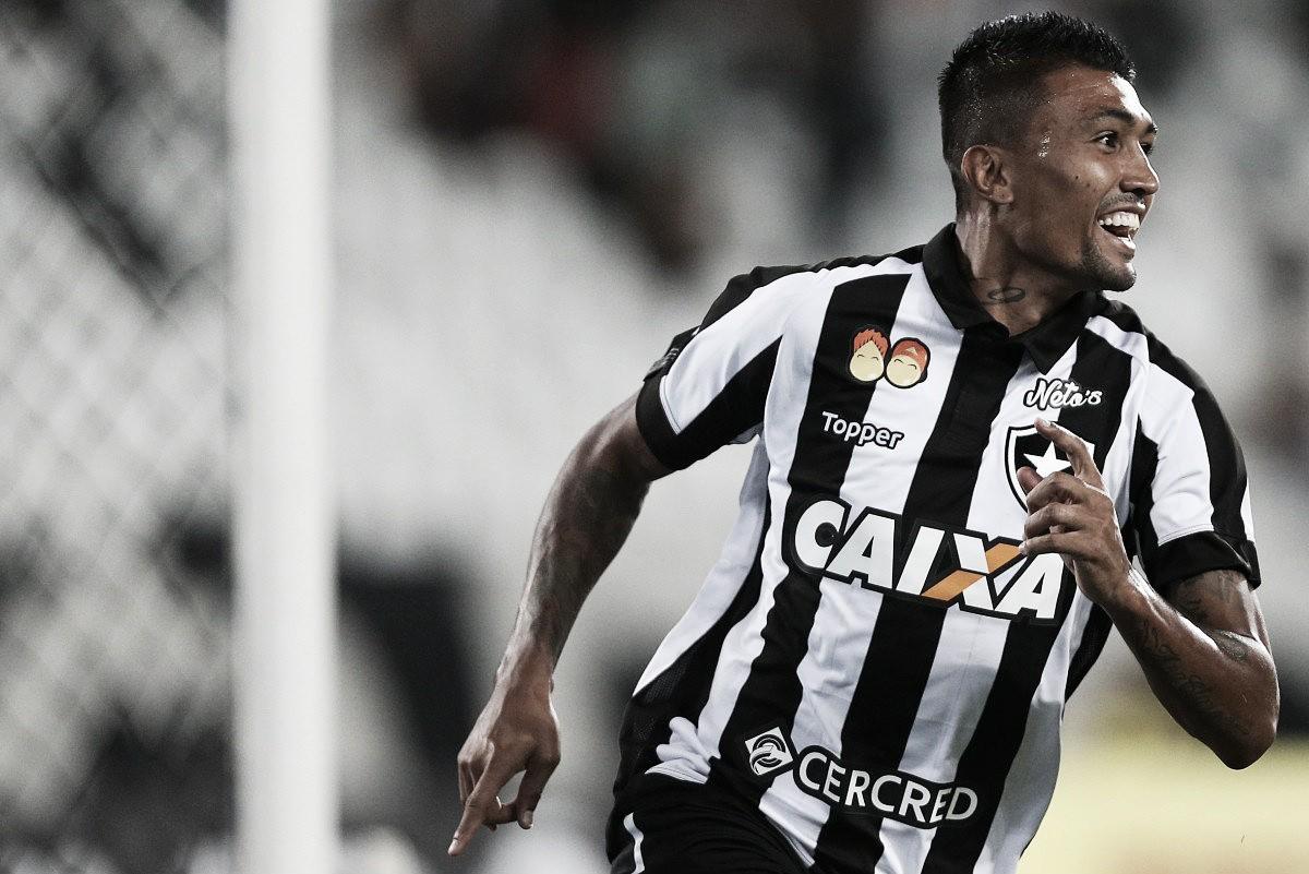 Kieza celebra gol sobre o Fluminense e elogia Jefferson: ''É um monstro''