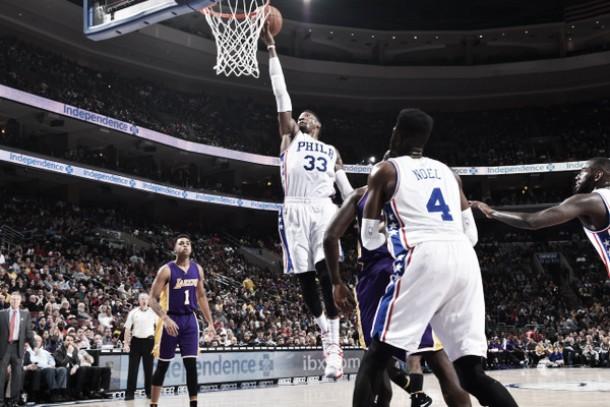 Em noite de homenagens, Philadelphia 76ers bate Lakers e vence a primeira na temporada