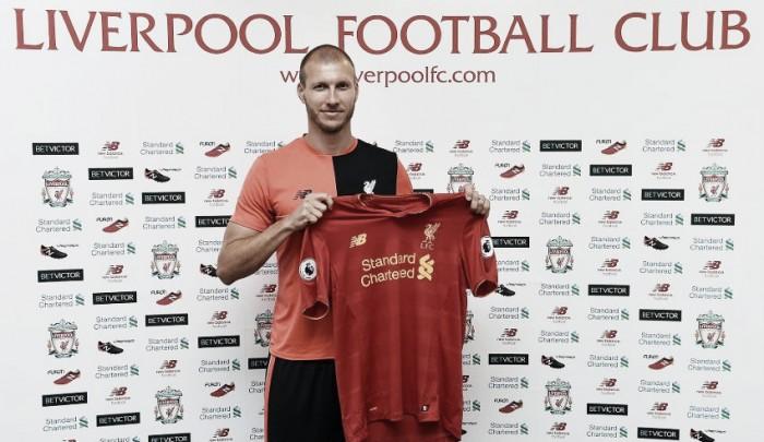 Zagueiro experiente ex-Augsburg, Ragnar Klavan é oficializado pelo Liverpool