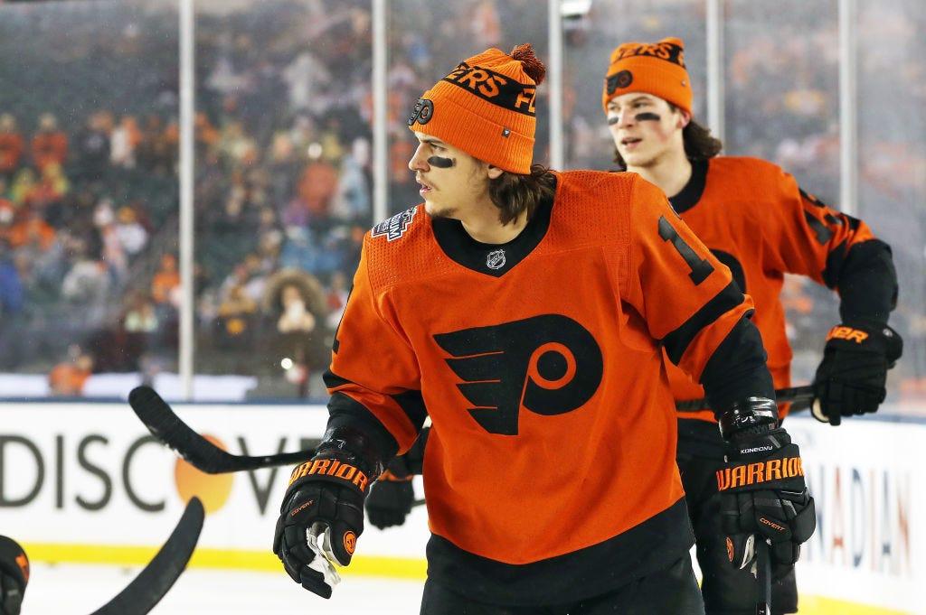 Travis Konecny firma su nuevo contrato con los Flyers