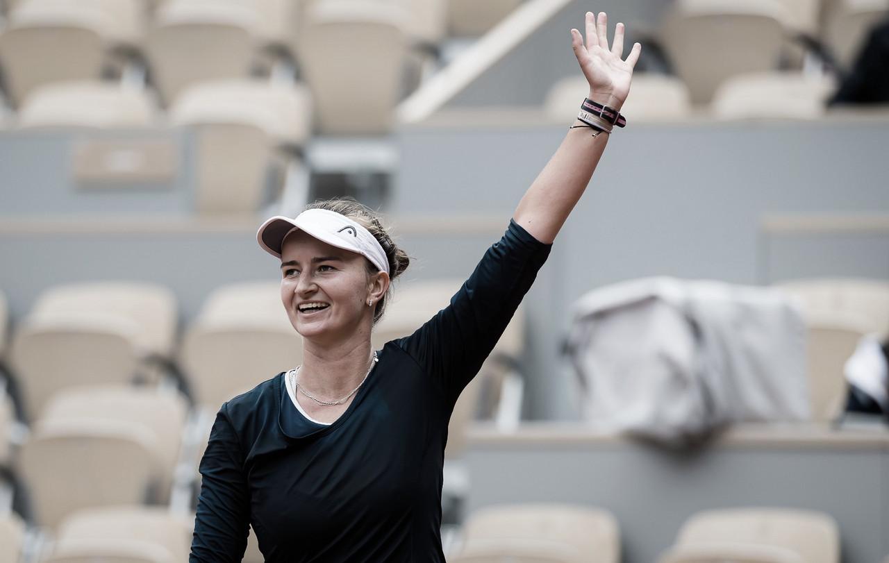 Campeã de duplas, Krejcikova elimina Sakkari e é finalista de simples em Roland Garros