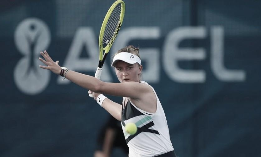 Krejcikova confirma favoritismo e vence Shinikova na estreia em Praga