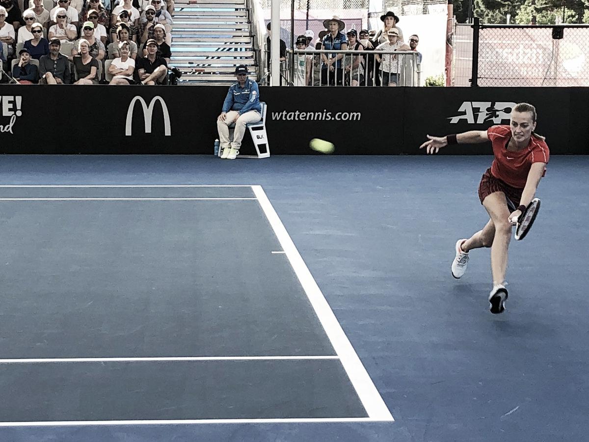 Kvitova sofre, mas vence Collins em partida de três horas para avançar no WTA de Brisbane
