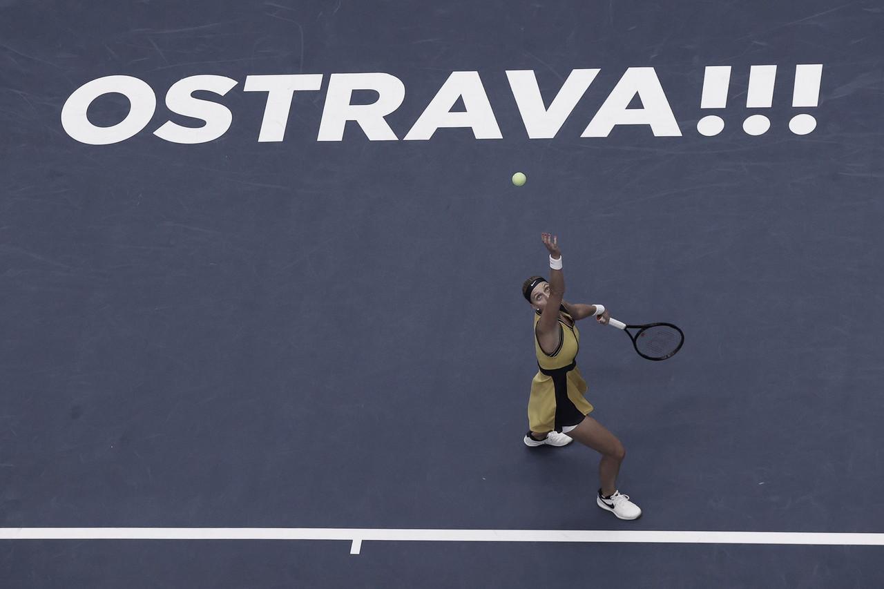 Kvitova leva susto, mas vence Potapova e vai às quartas em Ostrava