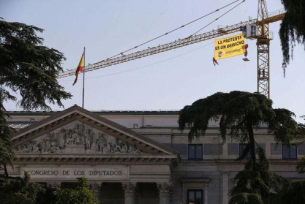 """Activistas de Greenpeace protestan contra la """"Ley Mordaza"""" junto al Congreso"""