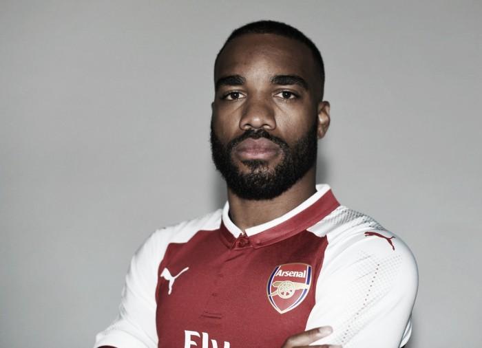 Contratação mais cara da história do Arsenal, atacante Lacazette é anunciado oficialmente
