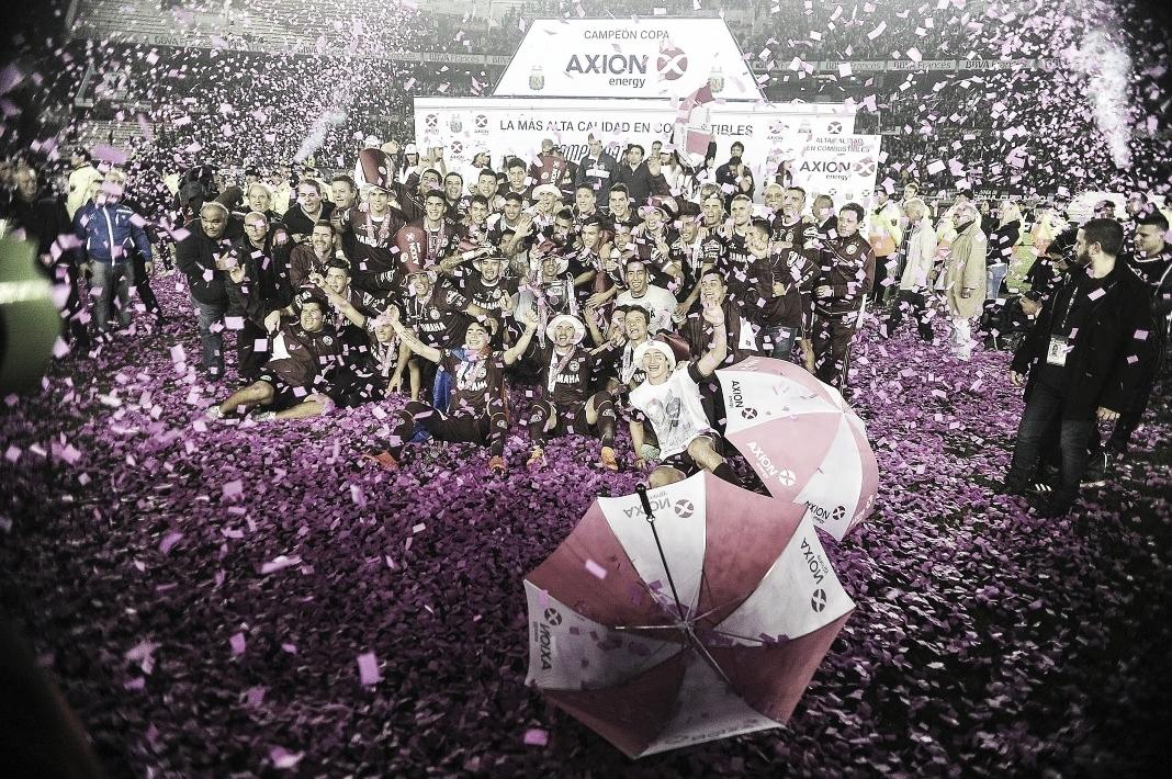 El plantel de Lanús festejando la obtención de la Copa Axión Energy 2016.<br>Foto: @lanusoficial