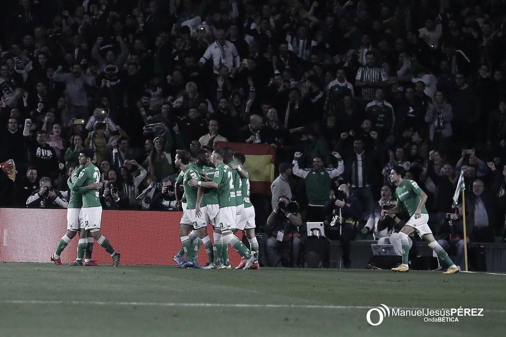 El Betis investiga el lanzamiento de botellas en el partido ante el Barcelona