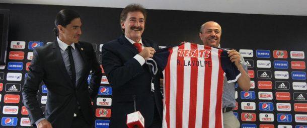 Presentan a Ricardo Antonio LaVolpe como nuevo técnico de Chivas