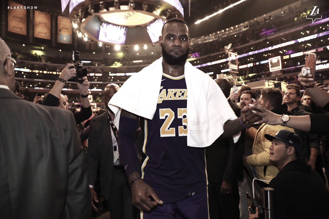 LeBron lídera a los Lakers en una apretada victoria sobre Spurs