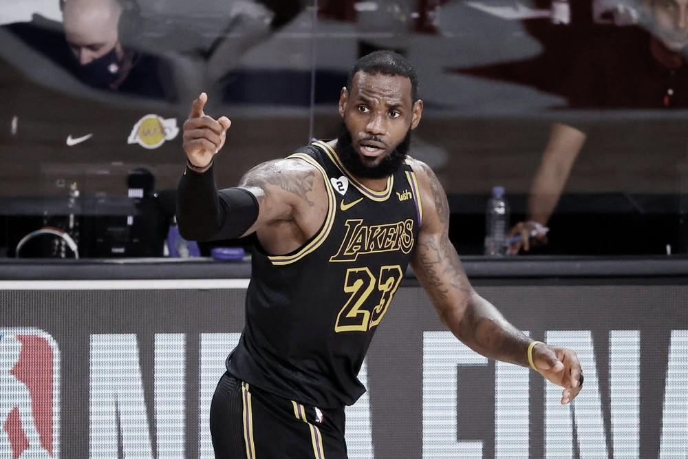 """LeBron James cita Kobe ao falar de vitória no Jogo 2 da NBA Finals 2020: """"Queremos homenageá-lo em quadra"""""""