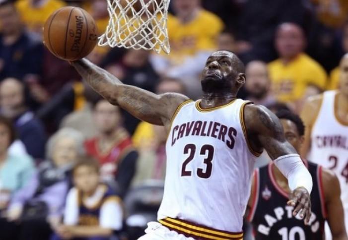 NBA - Cleveland riprende da dove aveva lasciato: Irving e James travolgono Toronto