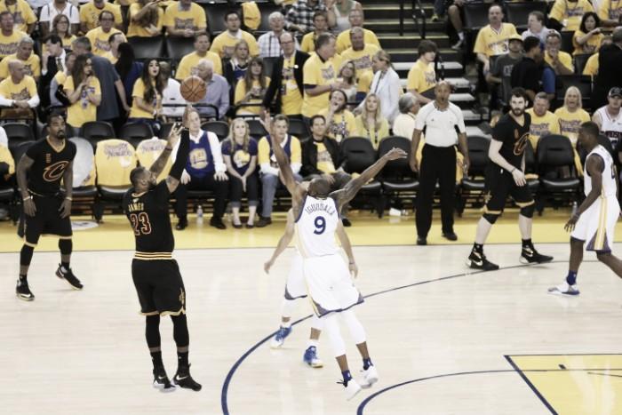 Nba Finals, James e Irving affossano Golden State e allungano la serie (97-112)