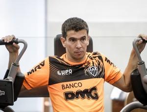Leandro Donizete sente a coxa e é mais um desfalque do Galo