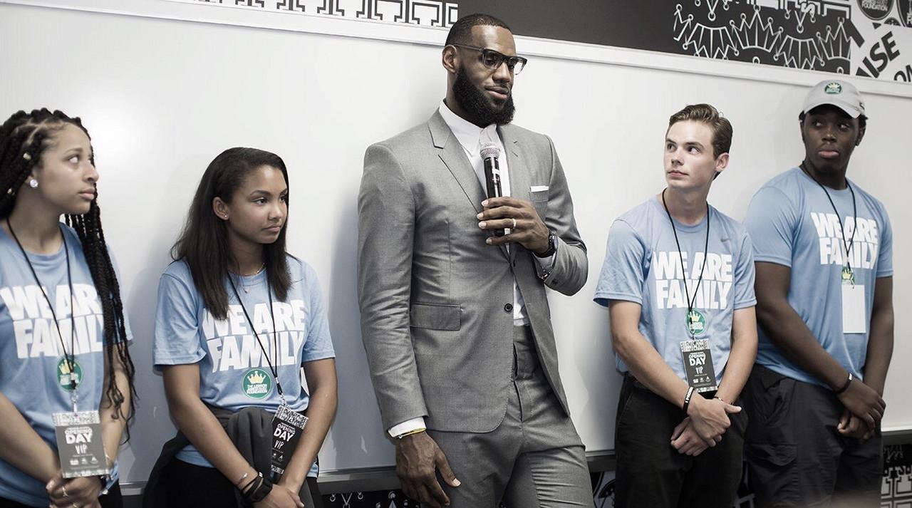LeBron James gana el premio de NBA Cares por apoyo a la comunidad
