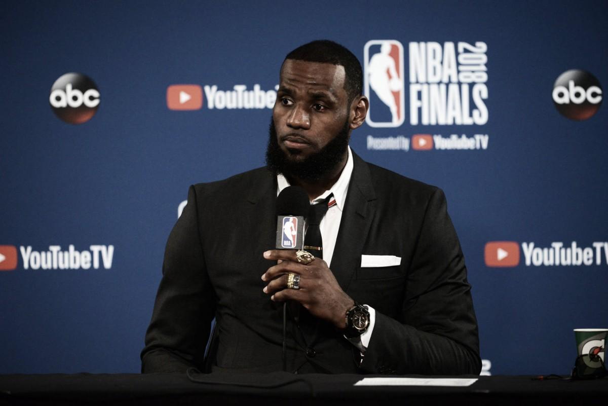 LeBron James abandona la rueda de prensa tras una pregunta sobre JR Smith
