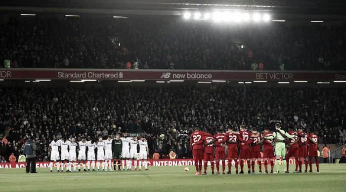 Em noite de homenagens à Chapecoense, Liverpool vence Leeds e avança na Copa da Liga