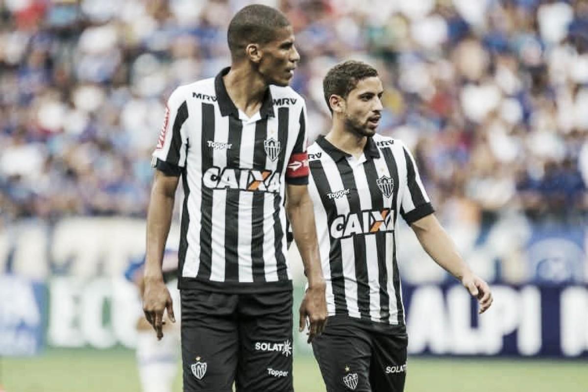Pendurados de Cruzeiro e Atlético para clássico completam um time; zaga titular do Galo está na lista