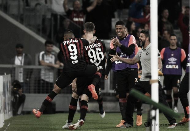 Com gol de Léo Pereira, Atlético-PR bate Corinthians e segue na luta pelo G-4
