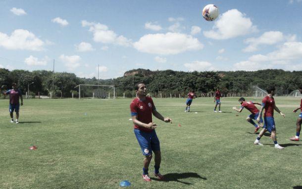 Volante João Ananias desfalca Náutico contra Macaé após sofrer lesão no joelho diante do Paraná