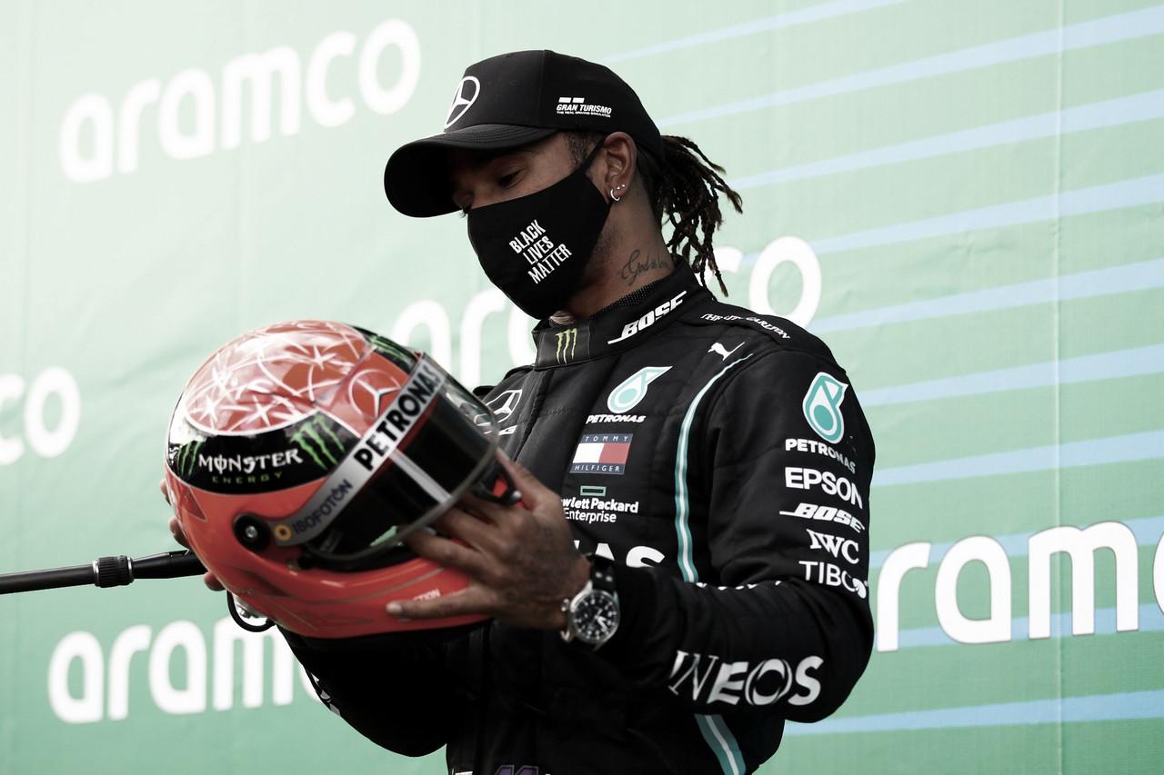 Hamilton posa con un casco de Michael Schumacher. Fuente: F1