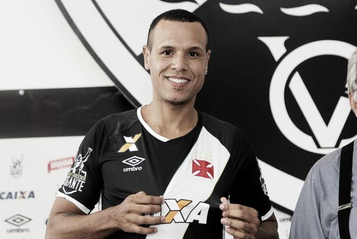 """Com recepção calorosa, Luís Fabiano é apresentado oficialmente no Vasco: """"O caô apenas começou"""""""