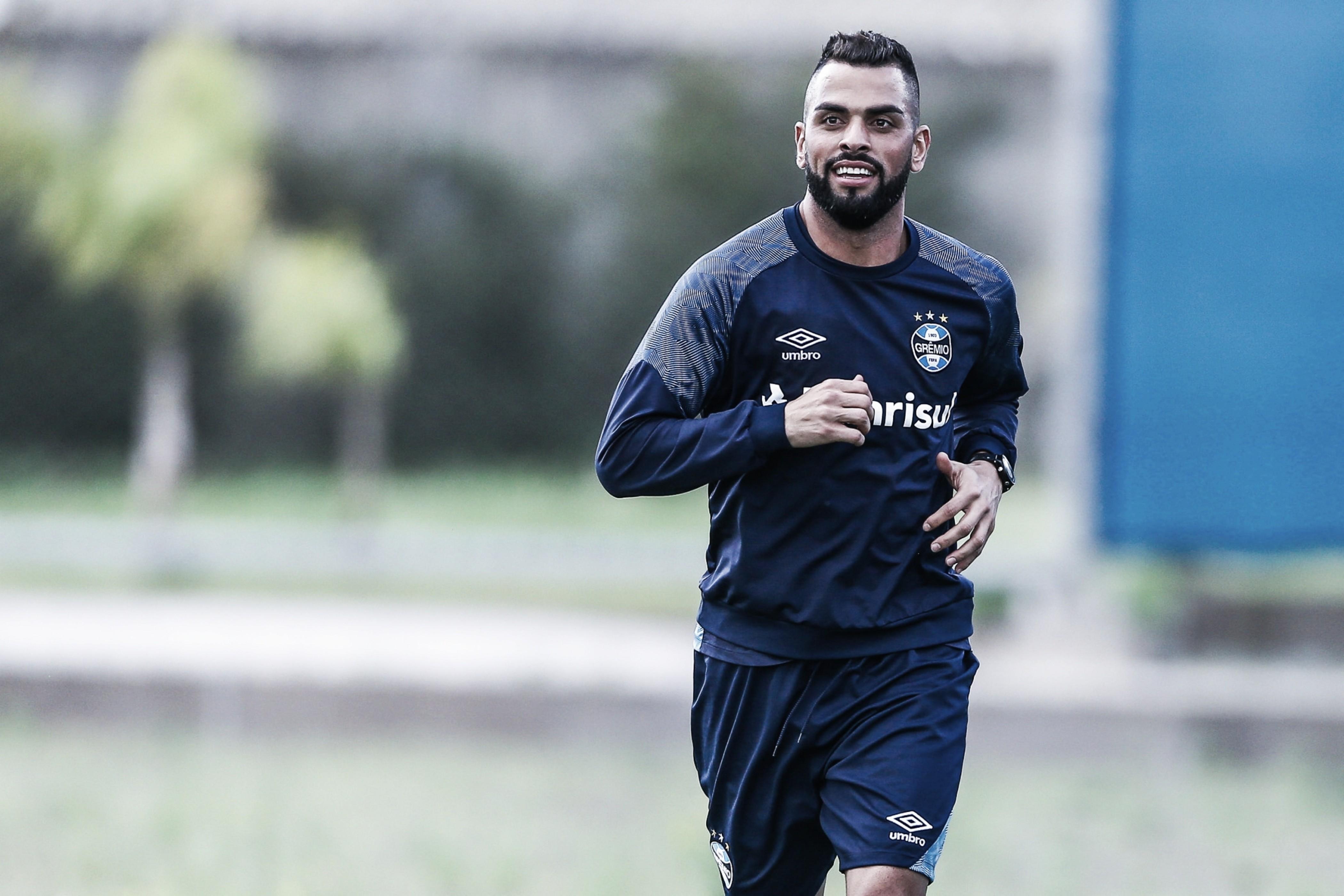 Maicon revela pedido de elenco do Inter e dispara: ''Quem é Dourado? Ganhou o quê?''
