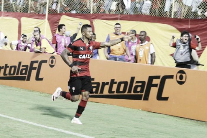 Com dois de Marinho, Vitória vence Atlético-PR de virada e sai da zona de rebaixamento