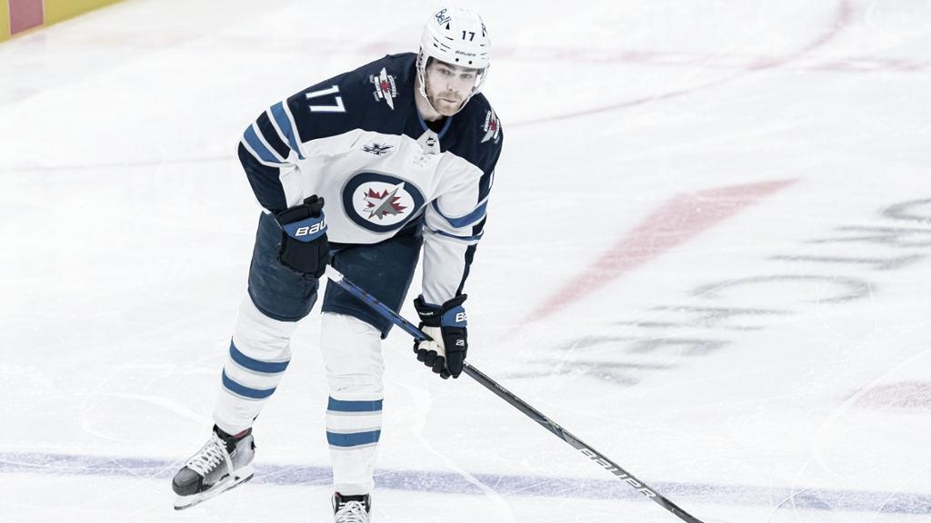 Adam Lowry se queda en Winnipeg
