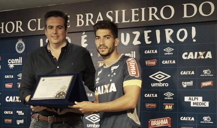 Lucas Silva recebe homenagem por 100 jogos pelo Cruzeiro e almeja titularidade em clássico