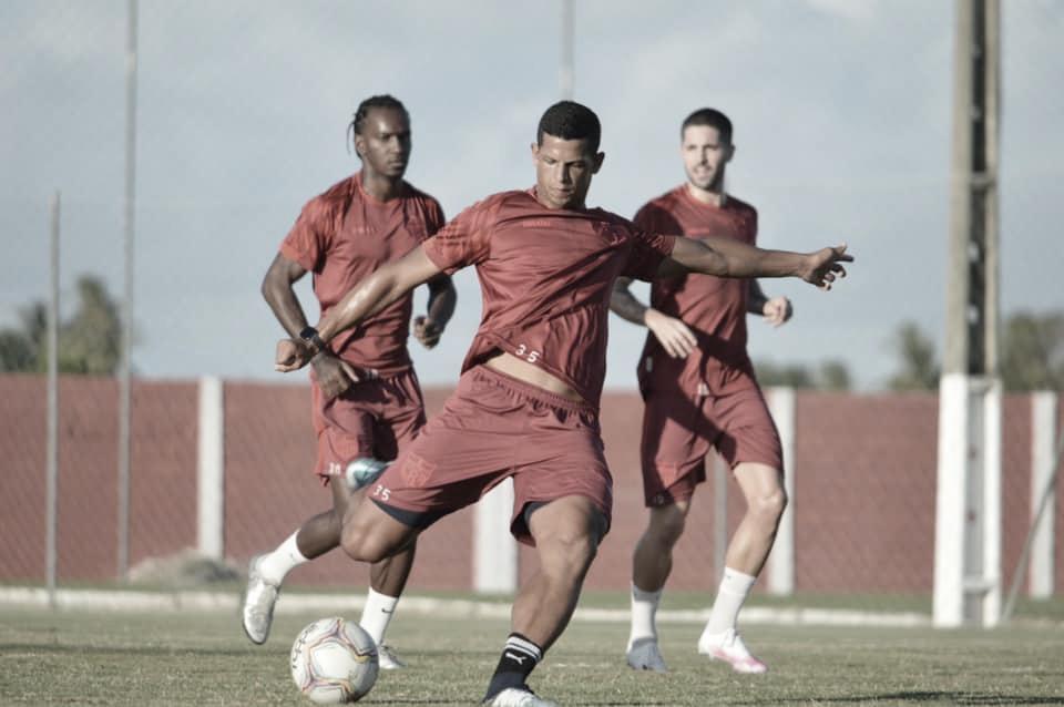 Em boa fase no CRB, Lucão projeta artilharia e títulos pelo clube na atual temporada