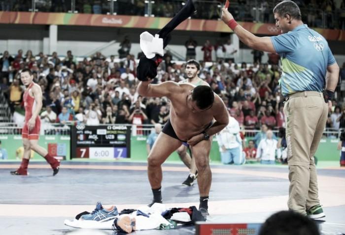 Últimas decisões da luta olímpica têm favorito perdendo, ouro inédito e treinadores sem roupa