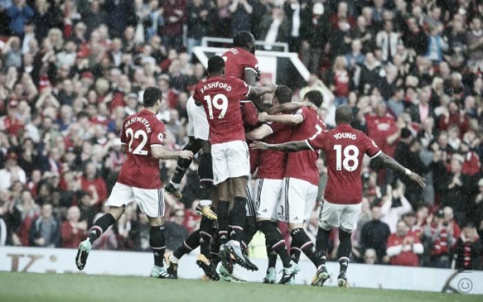 Manchester United goleia Everton e divide liderança da Premier League com rival City