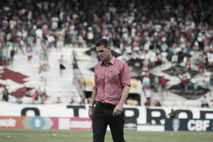 """Mancini reprova resultado e exalta rendimento do Vitória: """"A gente tem que sair daqui feliz"""""""