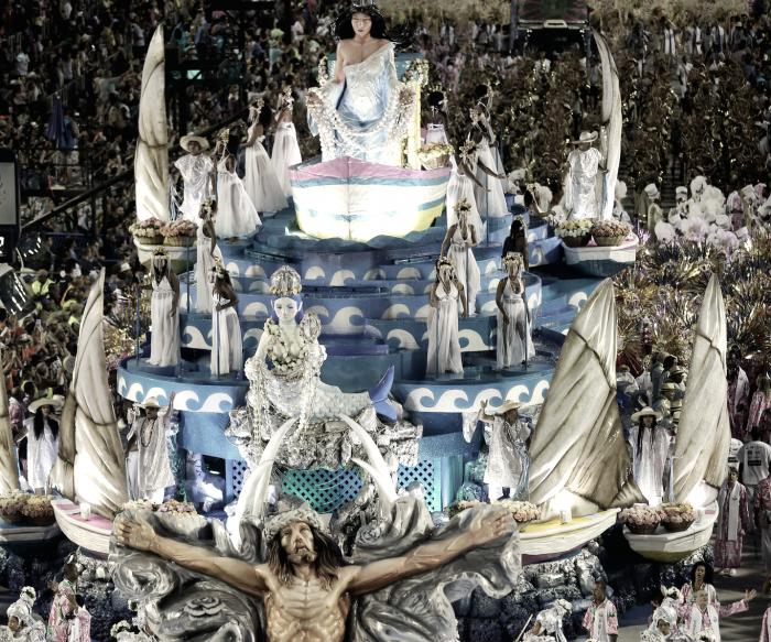 Políticos são alvo das escolas de samba em ano recheado de enredos críticos