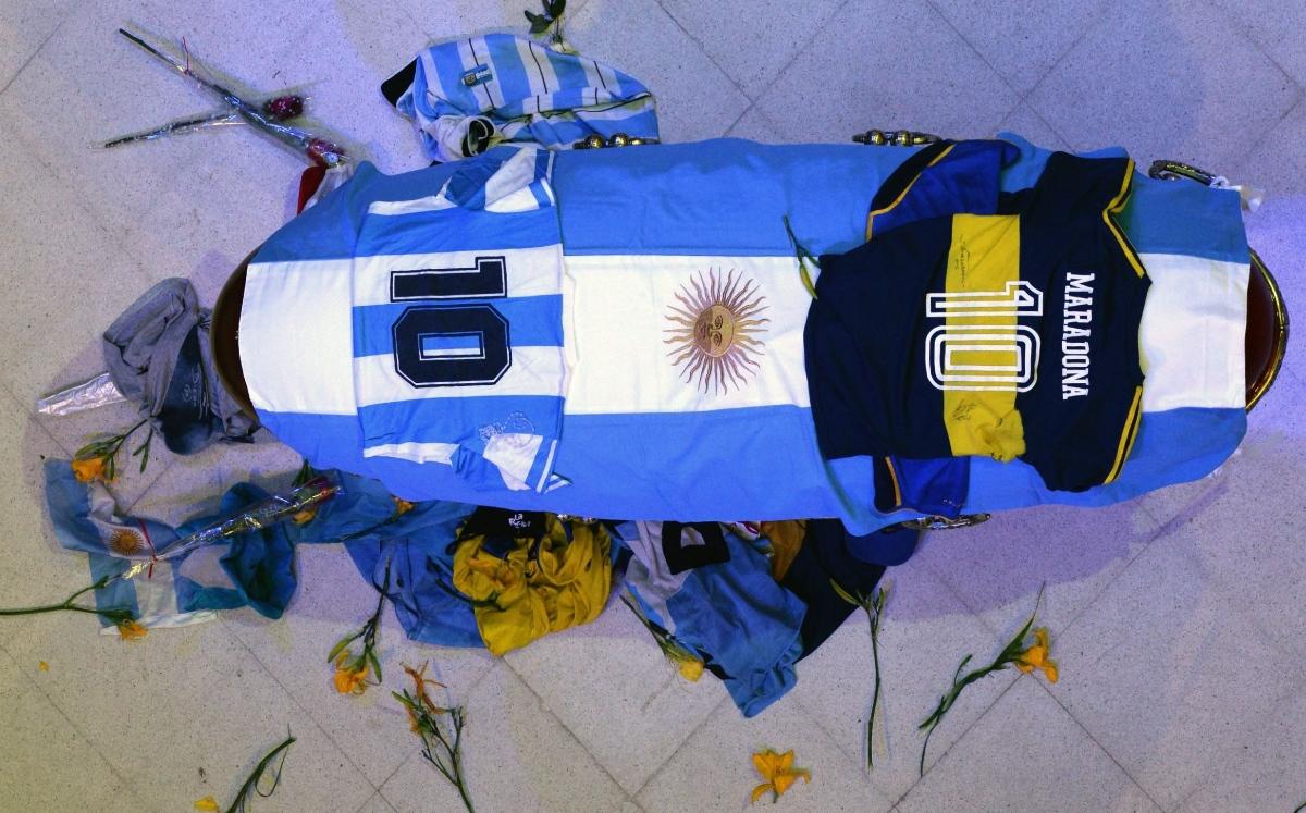 Caos en el último adiós de Maradona