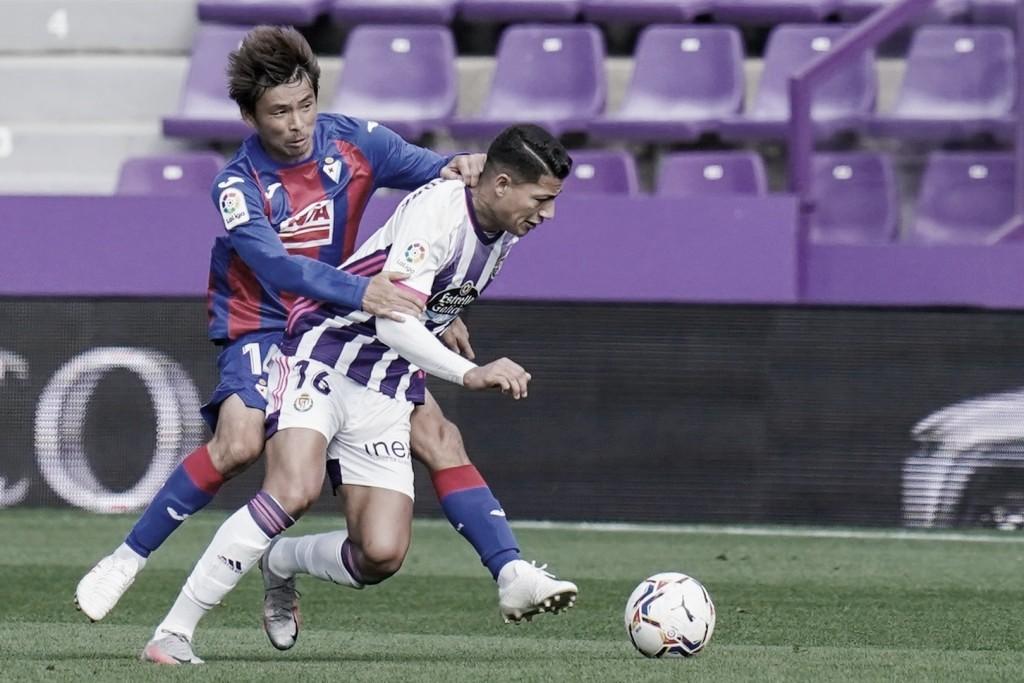 Marcos André disputa un balón con Inui// foto: RealValladolid.es