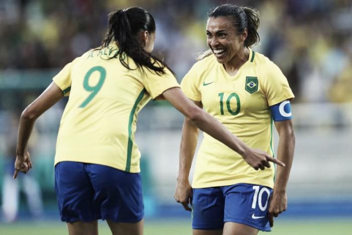 """Marta dá assistência para gol em vitória do Brasil e é aclamada pela torcida: """"Melhor que Neymar"""""""