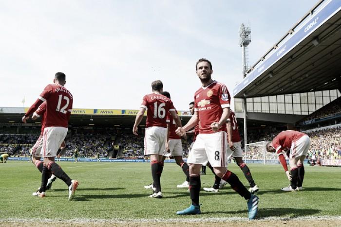 Manchester United melhora no segundo tempo, bate Norwich e segue sonhando com Champions